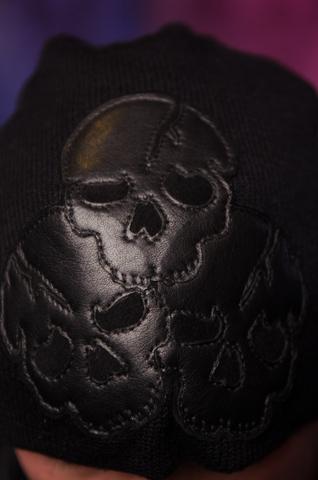Шапка Explode от 7.17 Studio Luxury c тремя черепами перед