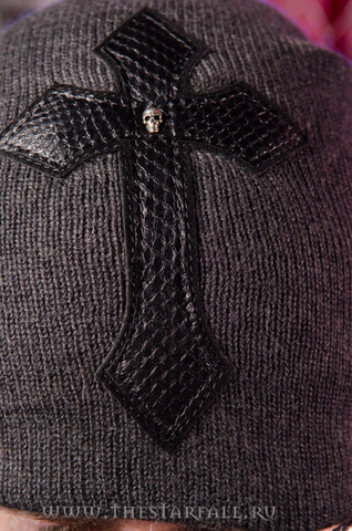 Шапка Impulsive от 7.17 Studio Luxury с крестом из кожи кобры перед