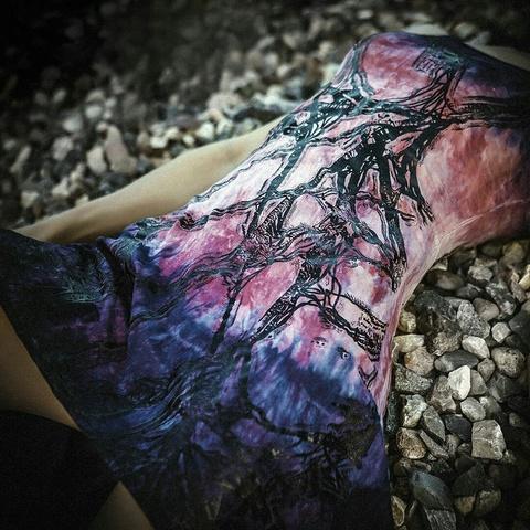 Платье Roots-Dress от Sanbenito S00 на модели на камнях