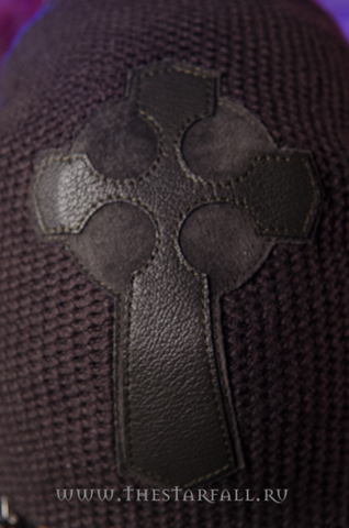 Шапка Mascot от 7.17 Studio Luxury с кожаным крестом спереди