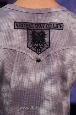 Пуловер Rebel Spirit TH110725 вышивка на спине на модели
