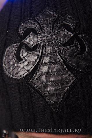 Шапка из пуха соболя Black War от 7.17 Studio Luxury с лилией из кожи питона аппликация из кожи спереди