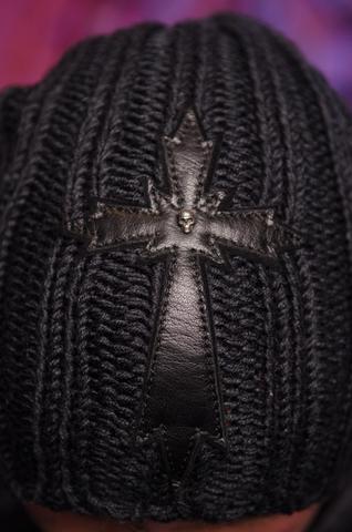 Шапка Eruption от 7.17 Studio Luxury с черепами и крестом перед
