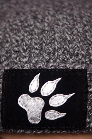 Шапка Feline от 7.17 Studio с кошачьей лапкой аппликация из кожи спереди