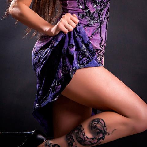 Платье Roots-Dress от Sanbenito S00 перед на модели с поднятой ногой